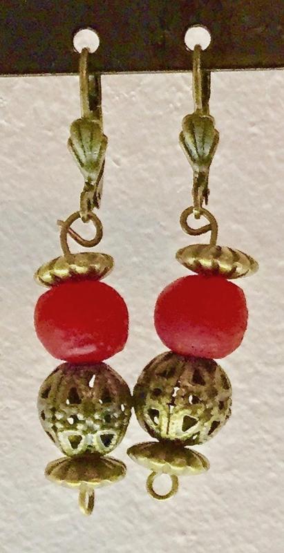 Bronzen oorhangers met glaskraal,  rood