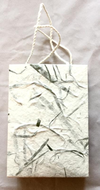 Tasje,handgeschept papier, groene vezel, hoogte 16 cm.
