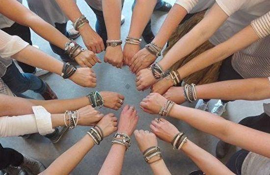activiteit vrijgezellenfeest horst aan de maas | workshop vrijgezellenfeest | armband maken dames | workshop leren armband maken | handmade by sjiek