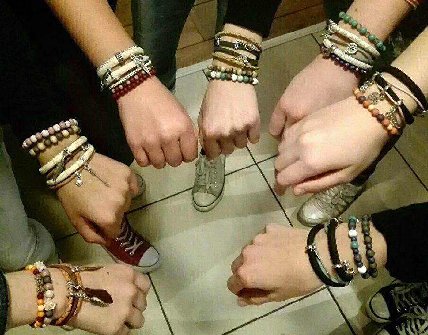 workshop tieners armband maken, creative tieners, meiden maken hun eigen armband, tiener workshop horst aan de maas