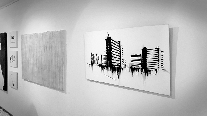 Zwart-wit schilderij in galerie van galerij flats in Rotterdam