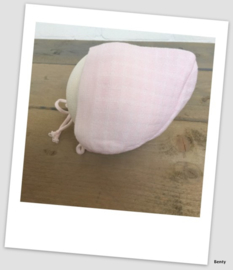 Frilo Swiss Made - Mutsje - Roze Touwtjes - Newborn 6-9 maanden