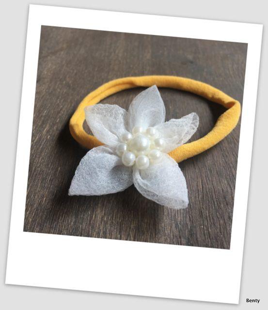 Benty haarbandje - Oker met parel bloem