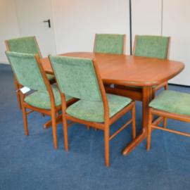 ruime eettafel met 6 stoelen