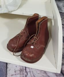 Oude kinderschoenen met houten zool