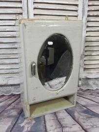 Grauer Schrank mit ovalem Spiegel