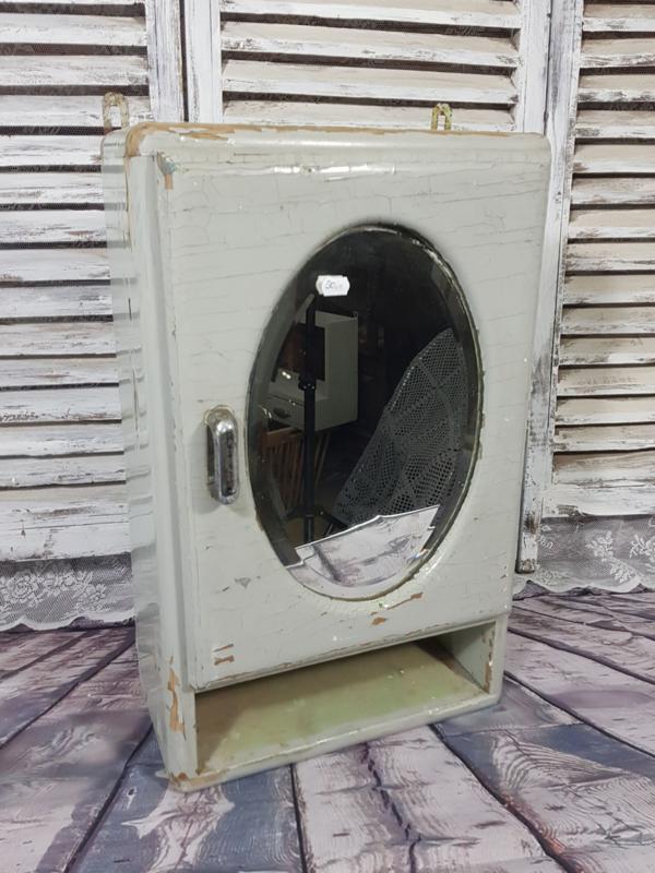 Grijs kastje met ovale spiegel