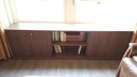 Boekenkast opgebouwd uit eikenhout
