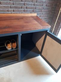 Voorraad en schoenen kast op maat stalen frame met massief houten blad