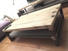 salontafel met wagonplanken blad en stalen tussenschap