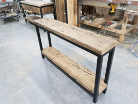 sidetable met eiken wagonplanken bovenblad en tussenblad met robuust stalen frame