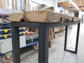Sidetable met eiken wagonplanken blad en robuust stalen frame
