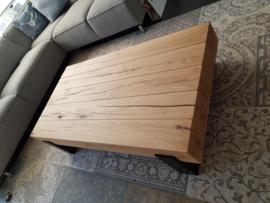 Massief eiken balken tafel met dichte stalen frames