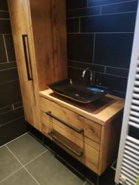 Badkamer meubel op maat met bijpassende hoge kast van oud geschaafd eiken hout