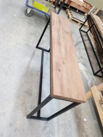 Sidetable gerookt eiken met slank stalen frame