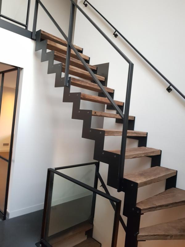 Stalen trap met massief oud eiken geborstelde planken