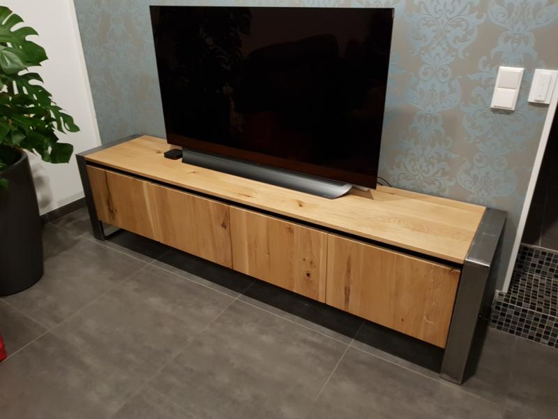 Tv Meubel geheel rustiek massief eiken met stalen frames
