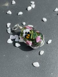 een rozentuin in een kraal, met vlinder en bijtje