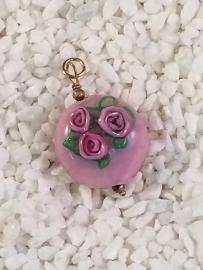 roze kraal met opliggende roosjes