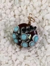 topaaskleurige(bruin) hanger met turquoise stippen