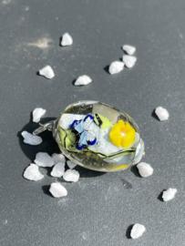 glashanger met blauwe vlinder