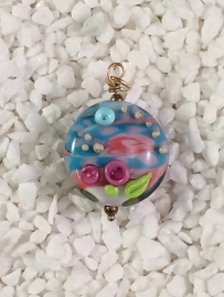 kunstzinnige kraal met roze blauw