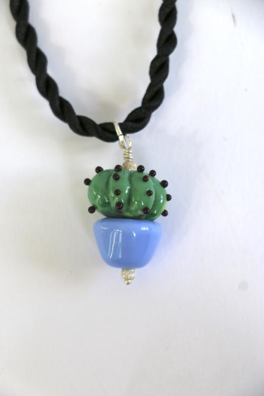 cactus in blauwe pot