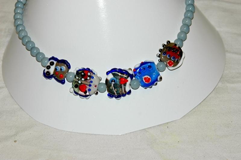 Ketting met handgemaakte kralen, blauw en grijstinten