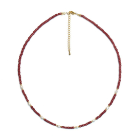Korte ketting parels rocailles bordeauxrood