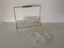 Glazen onderzetters in rekje.