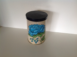 Klein blikje. Blauwe bloem op achtergrond van riet.