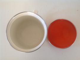 Pan met oranje deksel. Emaille. 70's.