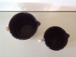 Set van 2 geëmailleerde kannen met schenktuit.