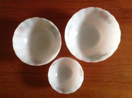 Arcopal. Set van 3 schalen.