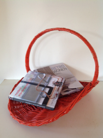 Rotan kranten- / tijdschriften mand. Oranje.