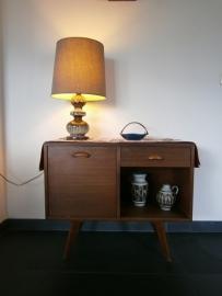 Leuk kastje met West Germany lamp en keramiek.