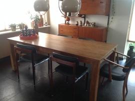 Oude design stoelen bij een nieuwe tafel.