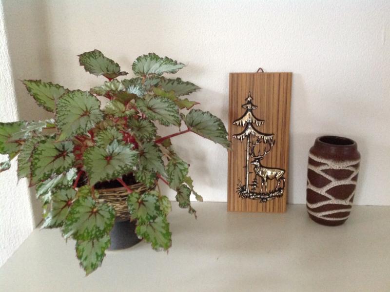 Decoratie. Hert bij naaldboom.