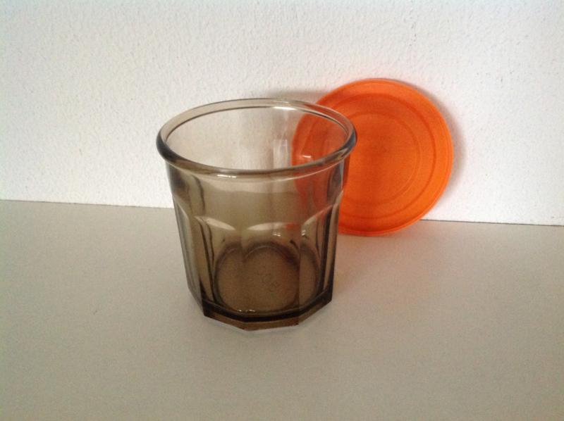 Beker met oranje deksel. Bruin rookglas.