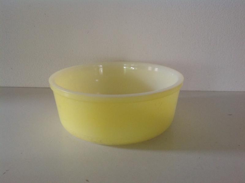 Arcopal. Schaal rond. Pastel geel. 18 cm.