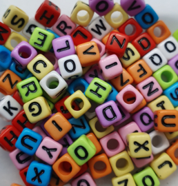 Mix van 100 Gekleurde Vierkante Letter Kralen 6mm
