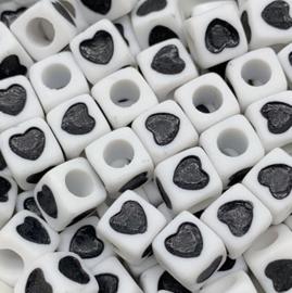 50 Vierkante Kralen met Hartje Zwart 7mm