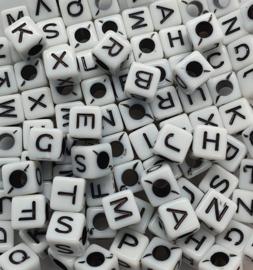 Mix van 100 Witte Vierkante Letter Kralen 7mm II