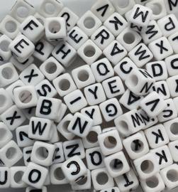 Mix van 100 Witte Vierkante Letter Kralen 6mm