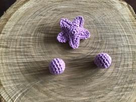 Gehaakt sterretje en 2 omhaakte kralen  lila