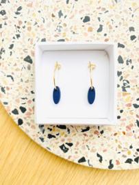 Oorhangers met klein, ovalen hangertje - donkerblauw (goudkleurig ringetje)