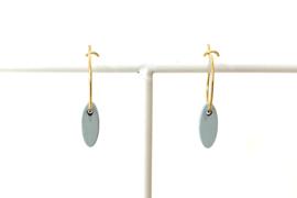 Oorhangers met klein, ovalen hangertje- blauwgrijs (goudkleurig ringetje)