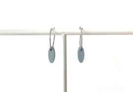Oorhangers met klein, ovalen hangertje- blauwgrijs (zilverkleurig ringetje)