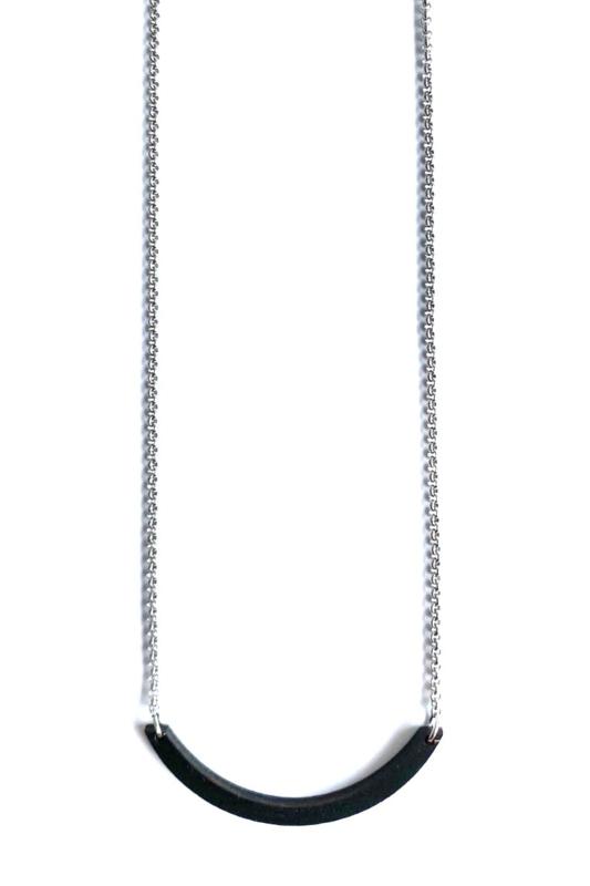 Halsketting boogje- zwart met zilverkleurige halsketting