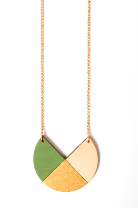 Dubbelzijdige geometrische halsketting mosgroen- goud- natuurkleur.